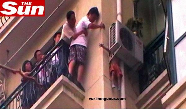 Imagen Los vecinos salvan a un niño atorado en el aire