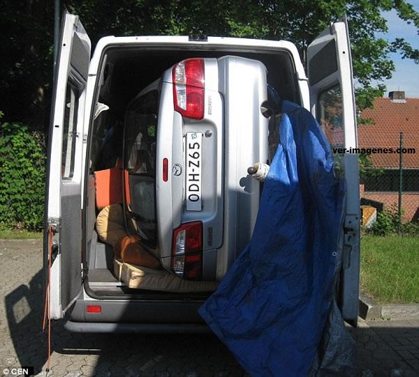 Como llegó eso ahí?: un auto en furgoneta para evitar costo de remolque