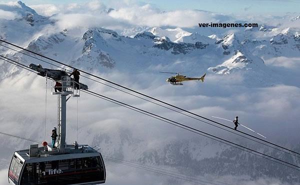 Imagen Record Guinness: Un suizo caminó por cables sin seguro