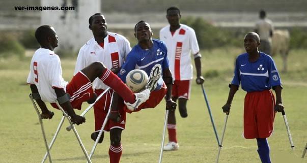 Jovenes haitianos juegan fútbol con muletas