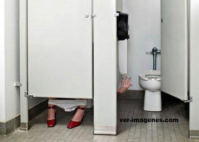 Ohhh, no hay papel en el baño.