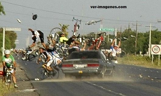 Imagen Borracho le echa el carro a ciclistas