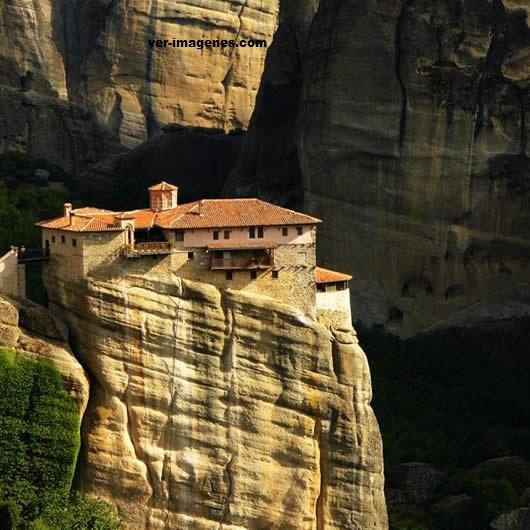 Insólita casa sobre las rocas