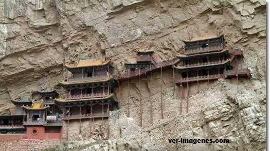 Casa construida en las rocas