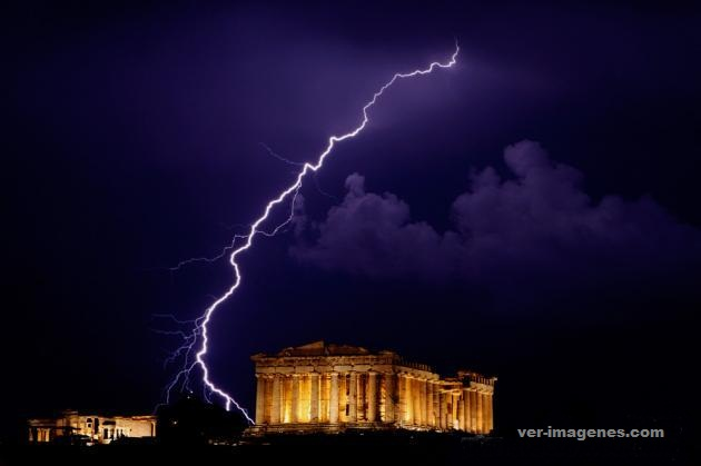 Imagen Un rayo cerca del Partenon en Atenas Grecia!