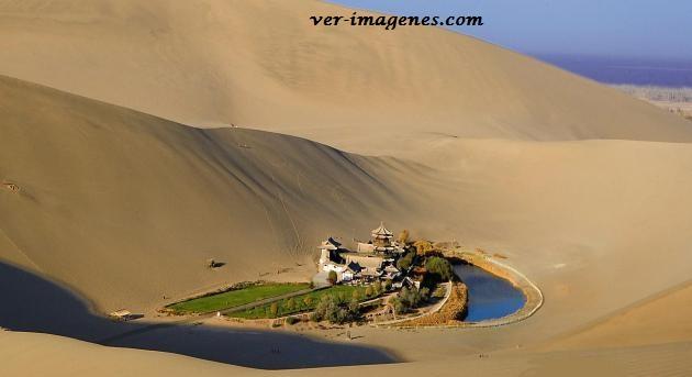 El lago de media luna en oasis del desierto!