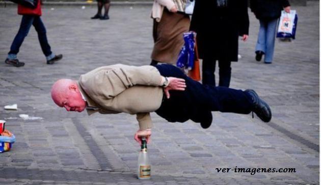 Un abuelito equilibrandose sobre una botella!