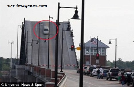 Una coductora en medio del puente