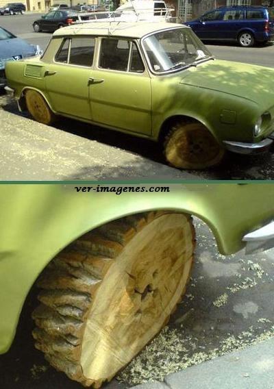 El nuevo auto con llantas de troncos!