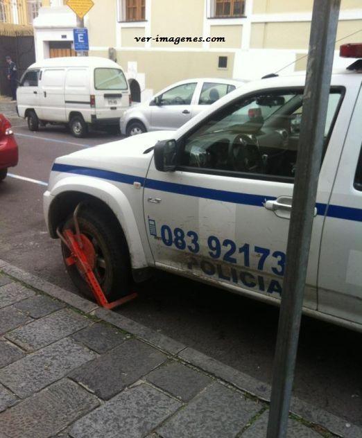 Infracción a la patrulla por estar mal estacionada