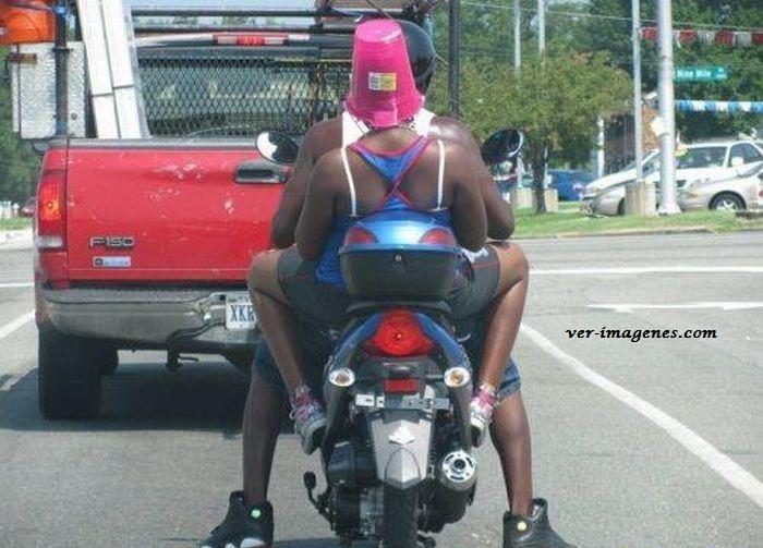 en moto con casco