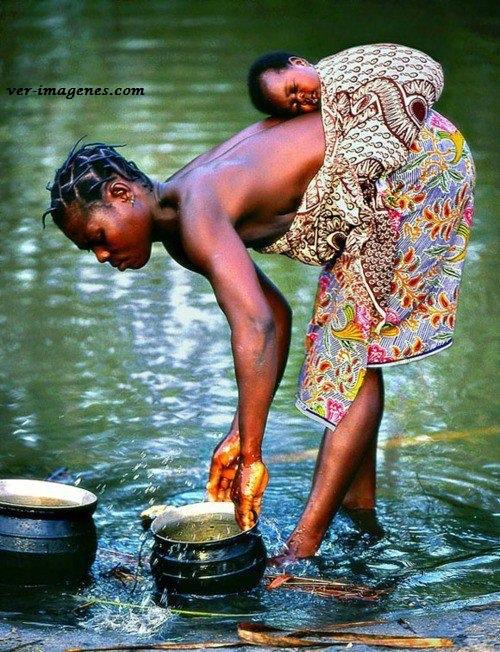 Mujer lavando en el rio