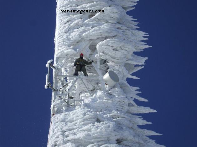 Limpiando la torre de telecomunicaciones después de la tormenta de nieve