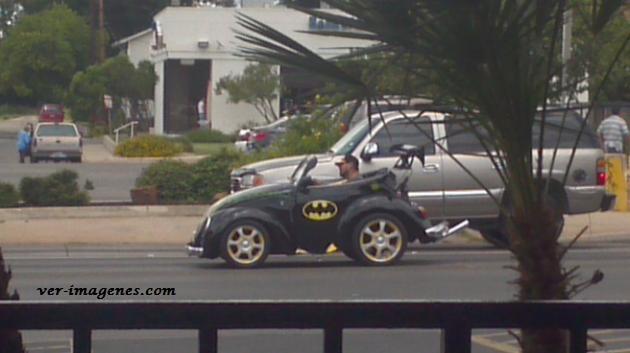 Batman con un presupuesto limitado en su Batimóvil