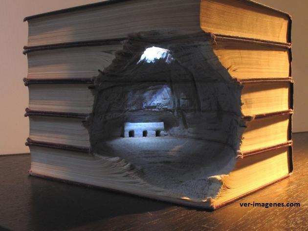 Curiosa escultura con libros