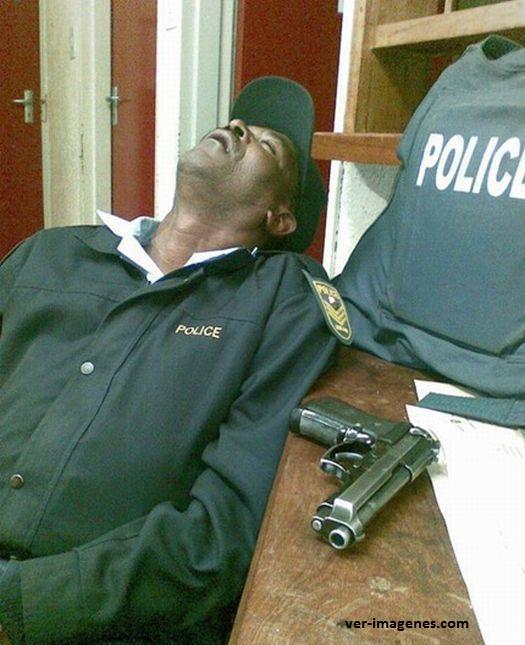 Los policías siempre están alerta, vigilando y cuidando a los demás