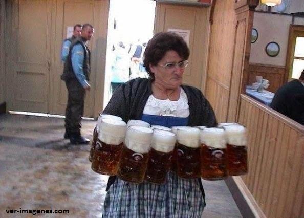 Que habilidad para cargar 12 tarros de cerveza