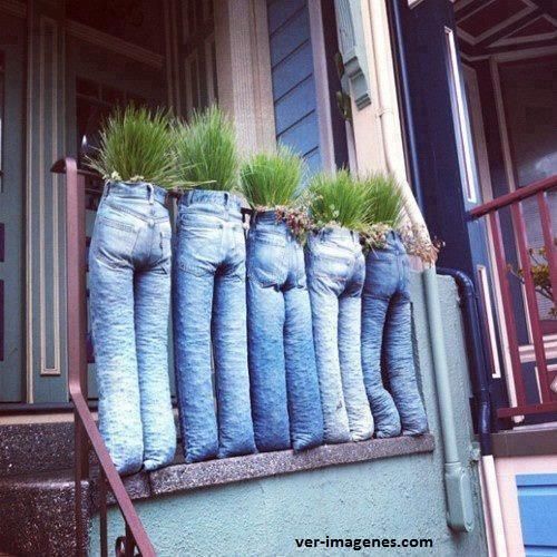 Pantalones transformados en maceteros