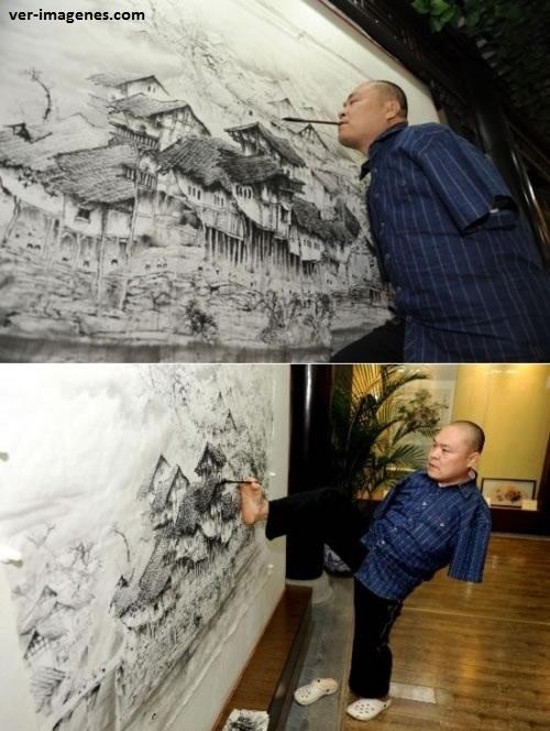 Impresionante artista dibujando sin manos!