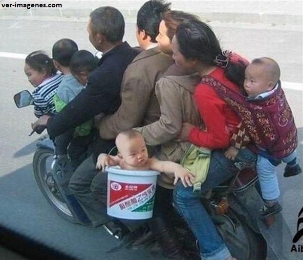 Toda la familia en moto!