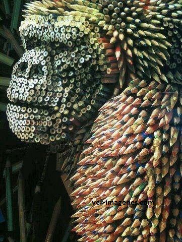 Gorila realizado con lapiceros