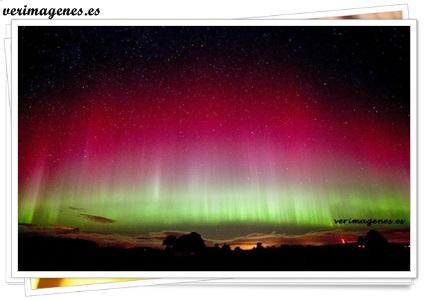 Espectacular y alegre vista de la aurora boreal