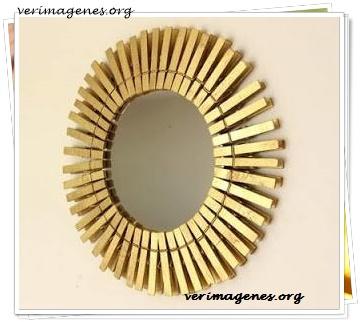 Espejo realizado con pinzas de tender la ropa