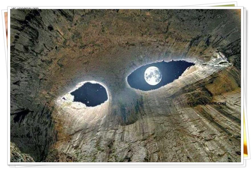 Los Ojos de Dios en la cueva Prohodn de Bulgaria.